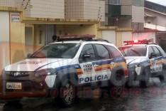 Bandidos armados rendem vitimas no bairro Santo Antônio e levam pertences e um veiculo Crossfox em Itabira