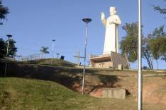 Prefeitura de São Gonçalo instala novos postes na escadaria do Padre João