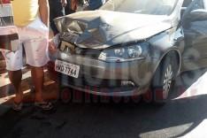 Homem com sintomas de embriagues da ré em caminhonete e amassa carro estacionado no bairro Campestre
