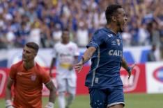 Rafinha decide, Cruzeiro bate o Villa e segue invicto na liderança do Mineiro