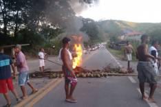 Falta de energia leva moradores do povoado do Chaves a interditar rodovia MGC-120
