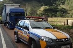 Carga de peças da Jeep se desprende de carreta e provoca acidente com mais três caminhões em Nova Era