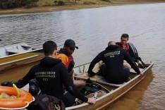 Bombeiros resgatam corpos de vítimas de afogamento na Represa do Peti
