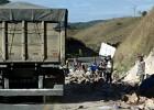 Carga de material de limpeza é completamente saqueada após pneu de carreta estourar em Capoeirana