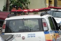 Comerciante é assaltado por bandidos armados quando chegava em casa no bairro Praia