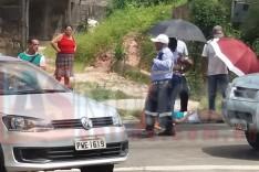 Colisão de motocicleta contra traseira de Gol deixa dois feridos no bairro Hamilton em Itabira