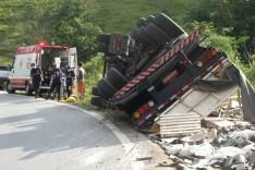 Caminhoneiro é socorrido ao pronto-socorro após tombar carreta no acostamento na MGC-120 em Capoeirana