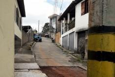 Homem perde controle de Jeep bate contra poste de iluminação que cai sob murro no bairro Juca Rosa