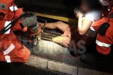 Menor é resgatada pelos Bombeiros ao ficar com perna presa em bueiro no Centro de Itabira