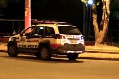 Bandidos armados roubam Gol de vitimas enquanto conversavam no bairro Campestre