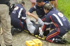 Jovem é arremessado dentro do canal do Praia depois de colisão de moto contra meio fio na Avenida Li Guerra