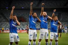 Cruzeiro vence o Atlético-PR de virada e sobe para o terceiro lugar no Brasileiro