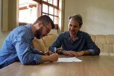 Prefeito recebe diretoria da Hindalco para assinatura de Termo  de Compromisso