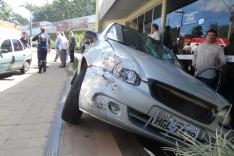 Três pessoas ficaram feridas após acidente entre quatro veículos na rotatória do bairro Areão