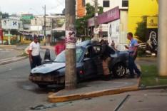Motorista bêbado bate carro em poste e quatro se ferem com gravidade