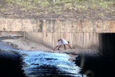 Homem com sintomas de embriagues é socorrido após cair dentro do canal na Avenida Cristina Gazire