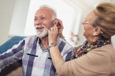 Dia Nacional dos Surdos: entenda como a perda auditiva afeta os idosos