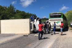 Caminhão tomba e atinge ônibus na BR-381 em Roças Novas
