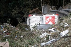 Caminhão do EPA supermercados despenca em ribanceira e motorista morre na BR-381 em São Gonçalo do Rio Abaixo