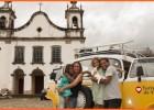 Família que viaja pelo mundo de kombi visita Catas Altas