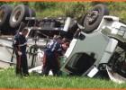 Motorista é socorrido após tombar caminhão carregado com milho no trevo da MGC-120 no Laboreaux