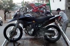 PM apreende motos roubadas usadas para crimes, peças e drogas no Jardim das Oliveiras
