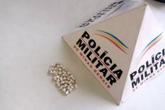 PM apreende 40 pedras de crack no final da Rua da Chácara no bairro Bela Vista