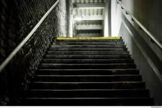 Mulher será indenizada por cair em escada no trabalho em Itabira