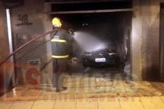 Fiat Palio ficou completamente destruído dentro de garagem em chamas no Juca Batista