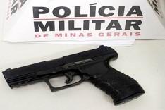 Três maiores e um adolescente foram presos após assaltar com uma replica 380 um trabalhador em ponto de ônibus no Machado