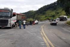 Carreta tomba e atinge dois veículos na BR-381, em João Monlevade