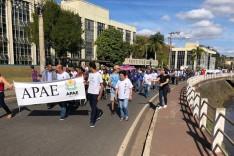 Apae de Itabira promove caminhada nas ruas de Itabira
