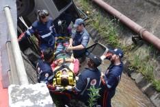 Jovem perde controle do carro ao passar por quebra-molas e cai dentro no canal