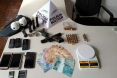 Foragido da justiça é preso com armas, celulares e dinheiro pela PM de São Gonçalo do Rio Abaixo