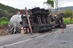 Carreta tomba e interdita a BR-381 por cerca de duas horas em São Gonçalo do Rio Abaixo