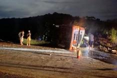 Estrada de Nova Era esta fechada devido tombamento de carreta com aço Sulfúrico em Capoeirana