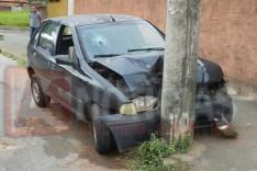 Fiat Palio furtado é encontrado colidido contra poste de iluminação no bairro Fênix