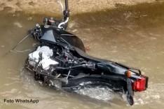 Motocicleta furtada no bairro São Francisco é localizada depenada dentro do canal do Praia em Itabira