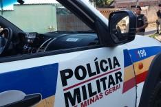 Suspeitos em motocicleta XRE-300 efetuaram vários tiros em um portão residencial no bairro Juca Rosa em Itabira
